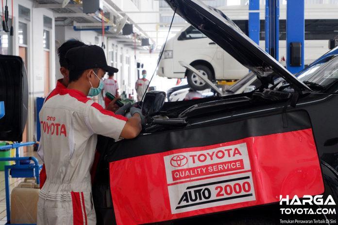 teknisi Toyota yang sedang melakukan servis berkala mobil