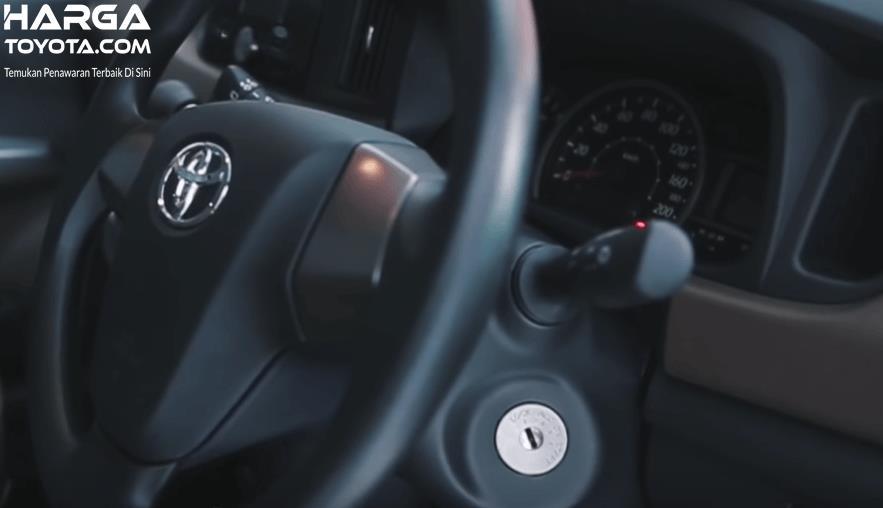 Gambar ini menunjukkan kemudi mobil Toyota Calya dan lunang kunci kontaknya