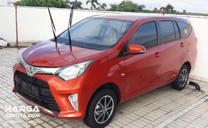 Gambar ini menunjukkan mobil Toyota Calya dengan kondisi wiper diangkat