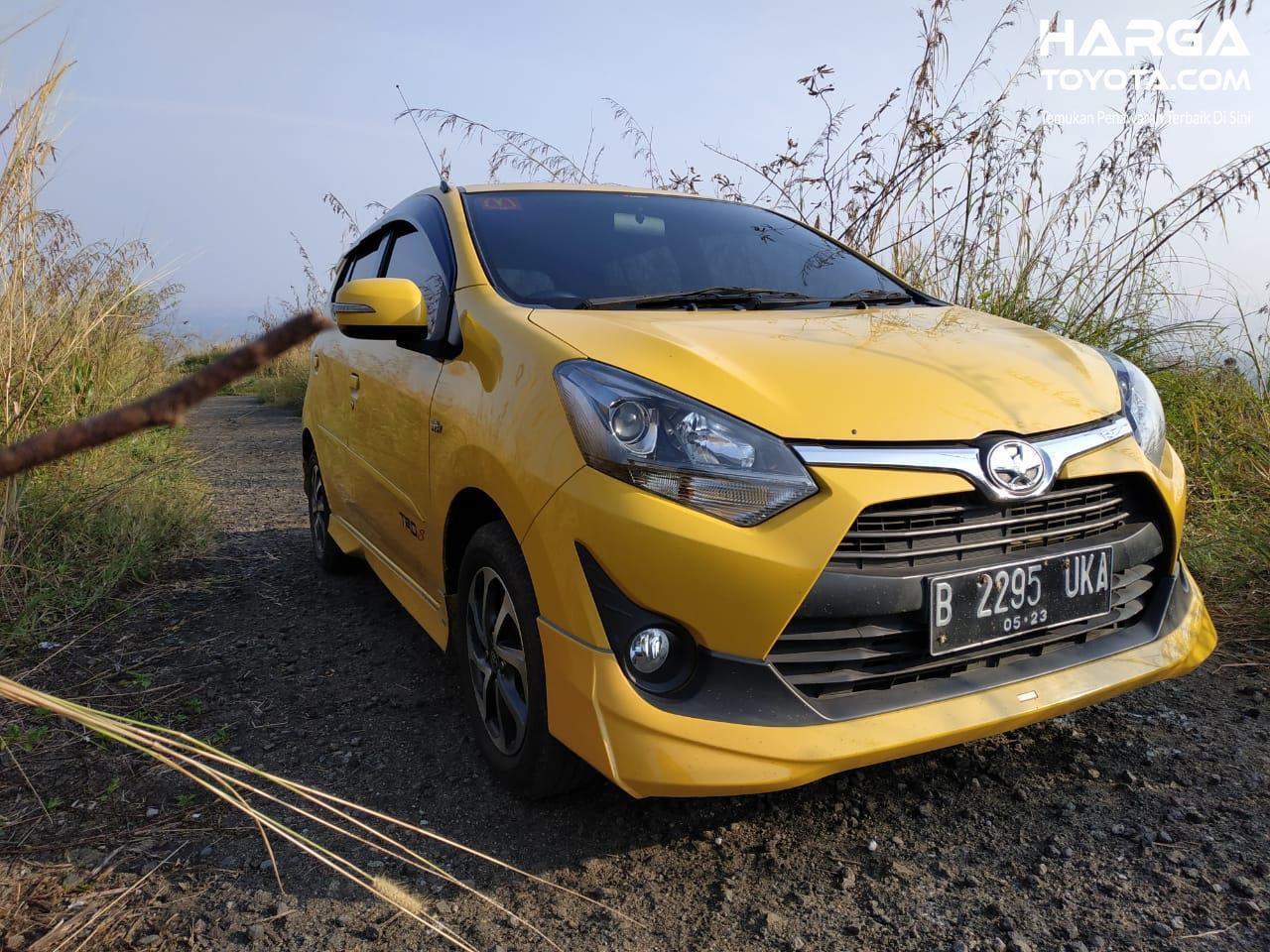 Tampak Toyota Agya TRD S AT berwarna kunning