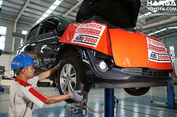 teknisi yang sedang memperbaiki mobil Toyota di Auto2000