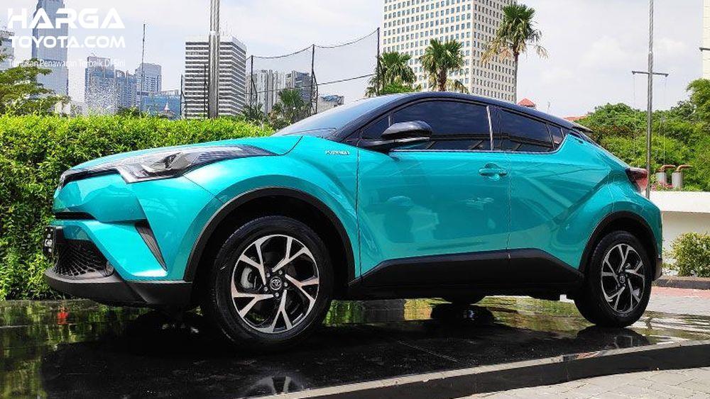 Toyota CH-R baru berwarna biru
