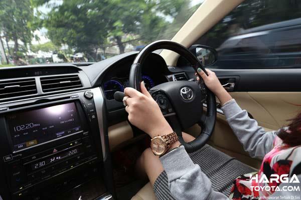 Foto menunjukkan posisi memegang setir mobil yang benar