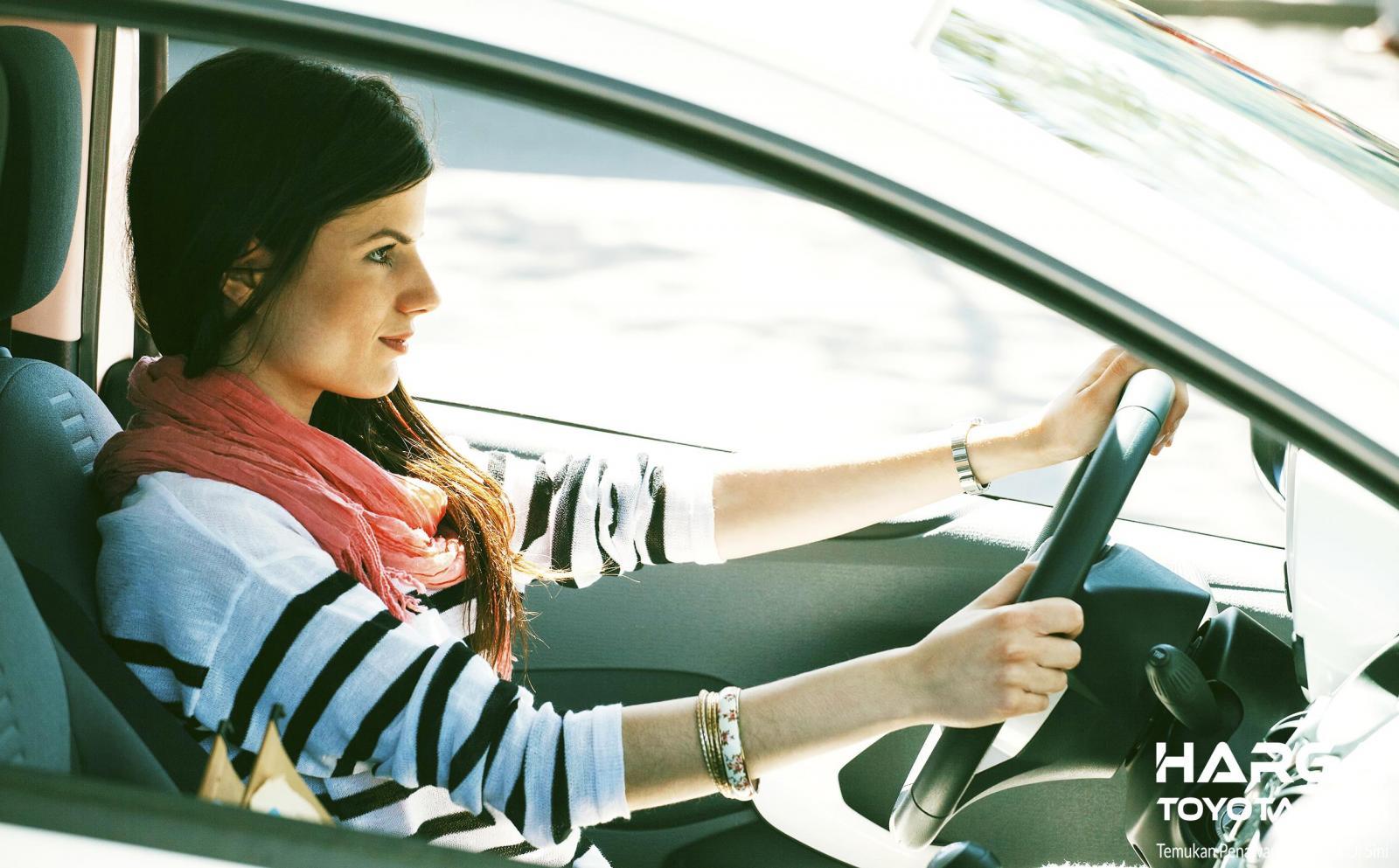 Seorang wanita nampak sedang mengemudi