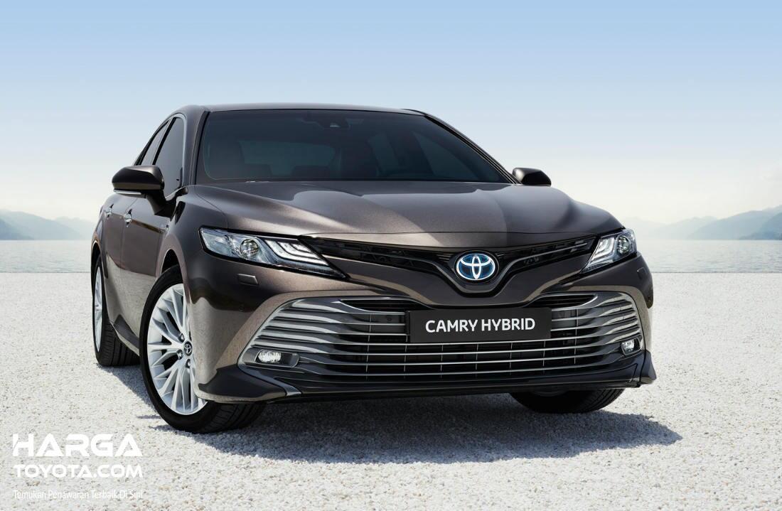 Foto menunjukkan Toyota Camry Hybrid tampak dari depan
