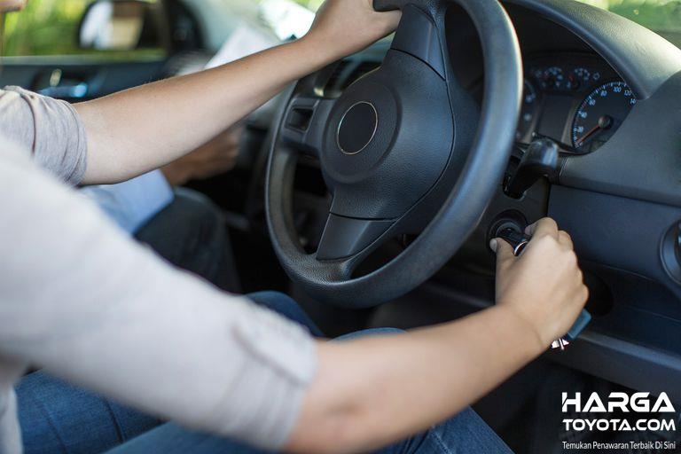 Menghidupkan mesin mobil perlu dilakukan selama 5 - 10 menit, sebelum akhirnya berjalan dan beraktivitas