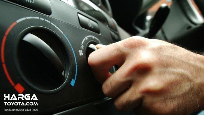 Menyalakan AC mobil saat mengemudi