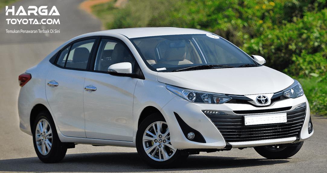Gambar ini menunjukkan mobil Toyota Yaris warna putih dengan transmisi CVT