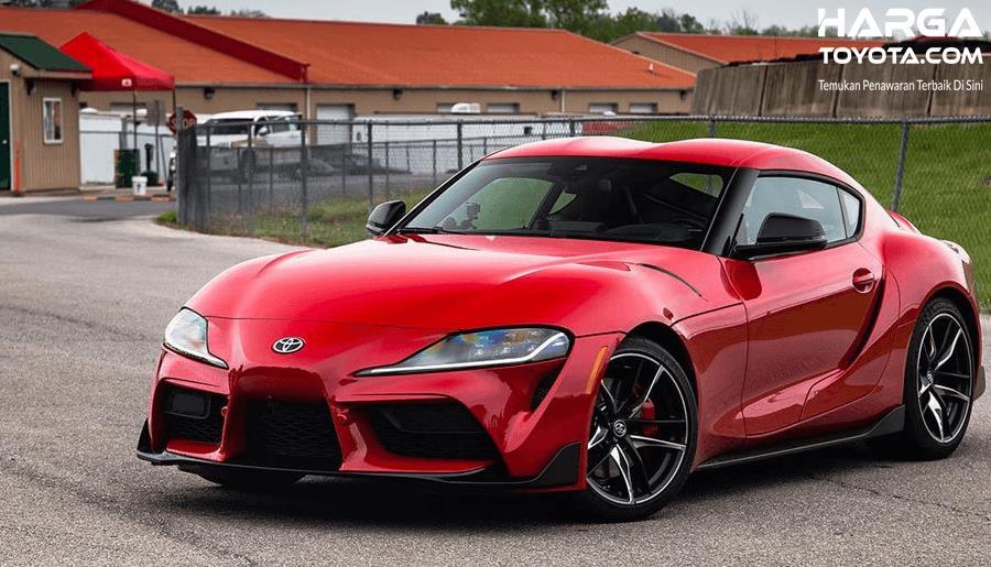 Gambar ini menunjukkan Mobil Toyota GR Supra tampak depan warna merah
