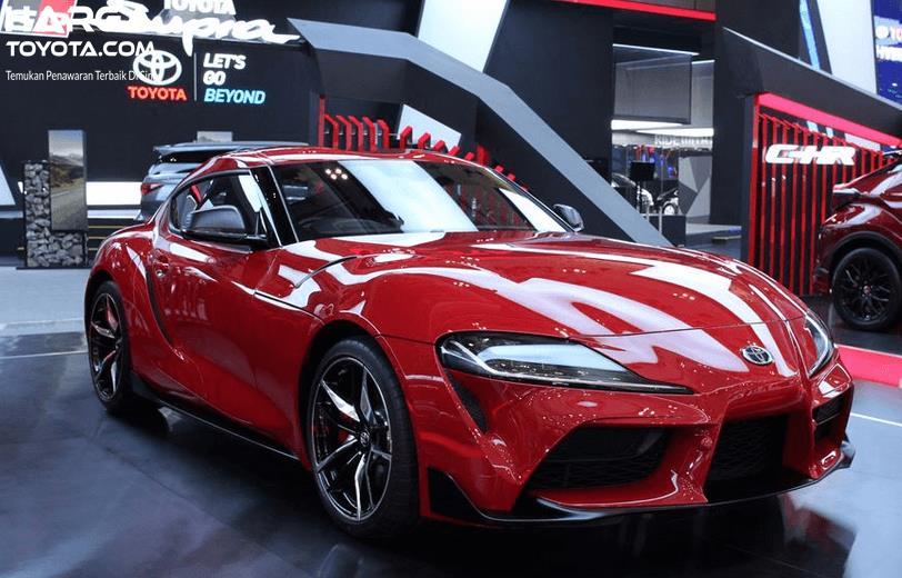 Gambar ini menunjukkan mobil Toyota GR Supra warna merah tampak bagian depan