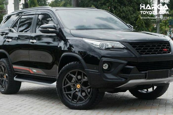 Toyota Fortuner TRD Sportivo berwarna hitam