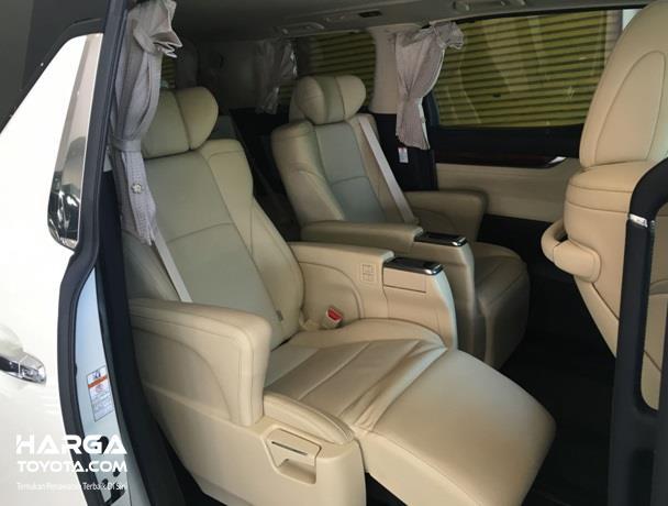 Interior Toyota Alphard juga dirasa perlu untuk dipantau lebih lanjut, mengecek kondisi kursi hingga fitur-fiturnya