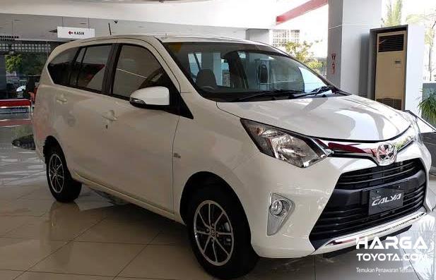 Gambar ini menunjukkan mobil Toyota Calya warna putih tampak depan