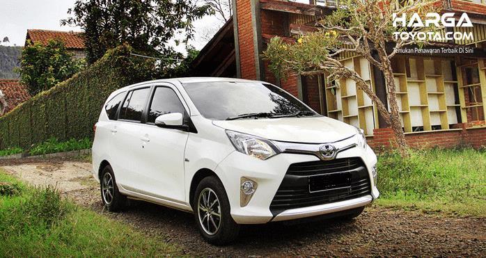 Gambar ini menunjukkan mobil Toyota Calya putih tampak depan dan samping kanan