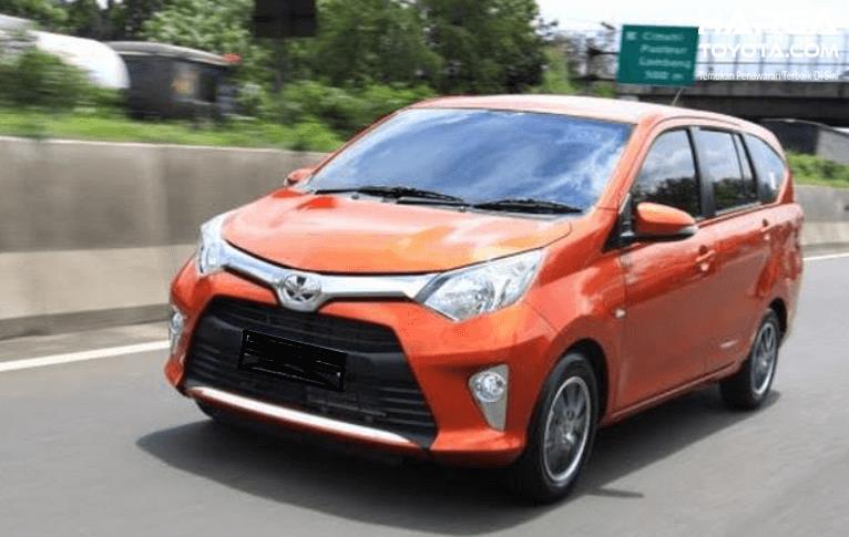 Gambar ini menunjukkan Toyota Calya sedang melaju di jalanan