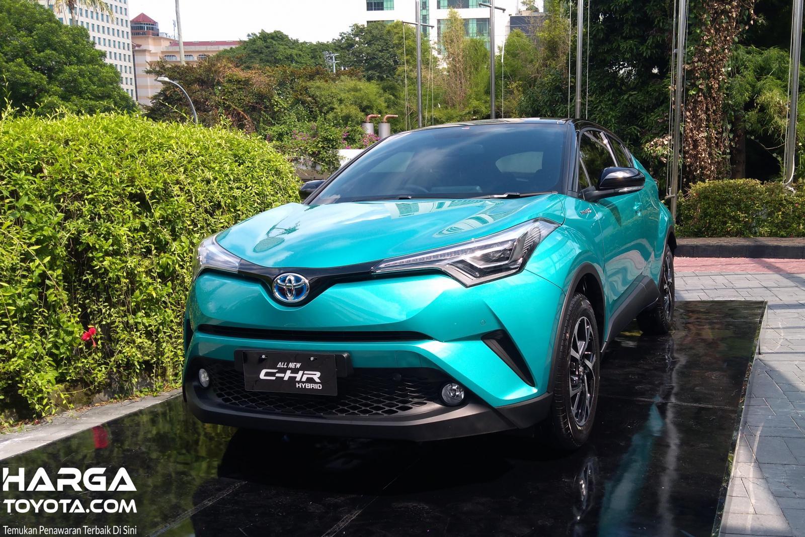 Foto menunjukkan Toyota C-HR Hybrid saat diluncurkan di Indonesia