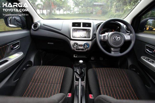 interior Toyota New Agya berwarna hitam