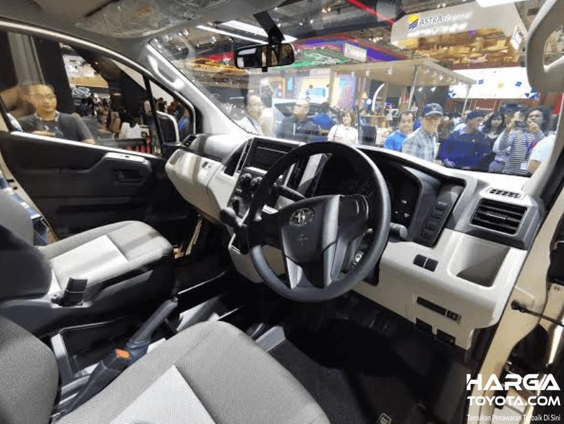 gambar ini menunjukkan interior Toyota HiAce Premio tampak kemudi dan dashboard