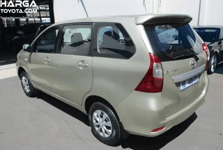 Gambar ini menunjukkan mobil Toyota Avanza 2003 tampak samping dan belakang