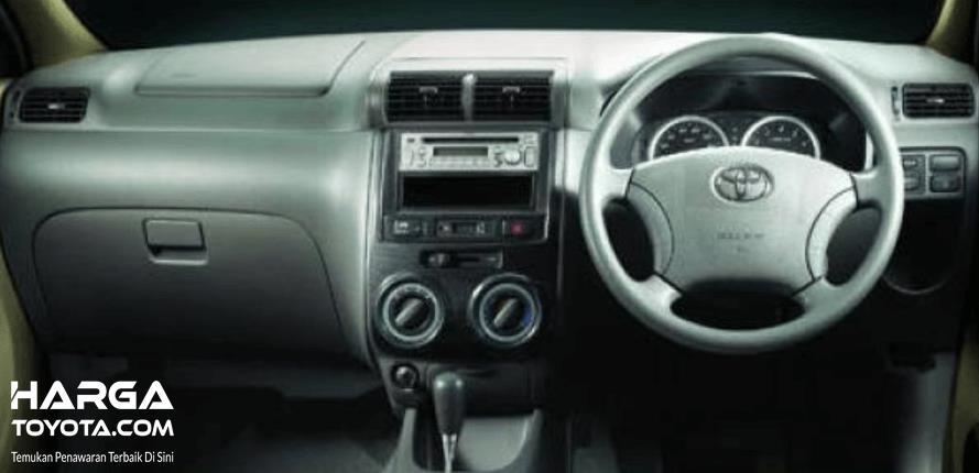 Gambar ini menunjukkan interior dashboard dan kemudi Toyota Avanza 2003