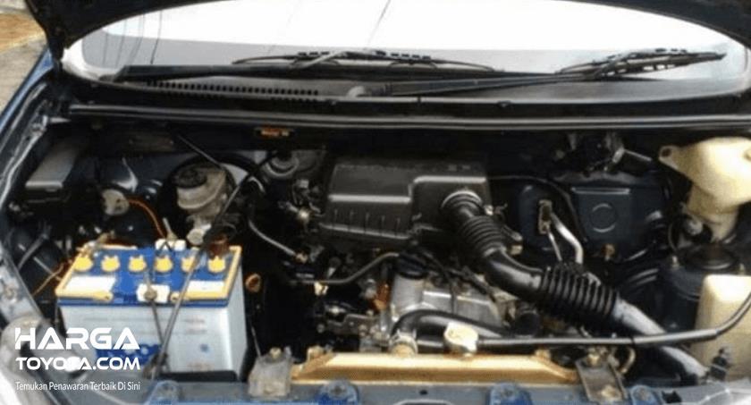 Gambar ini menunjukkan mesin Toyota Avanza 2003