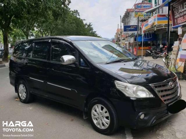 mobil bekas Kijang Innova berwarna hitam
