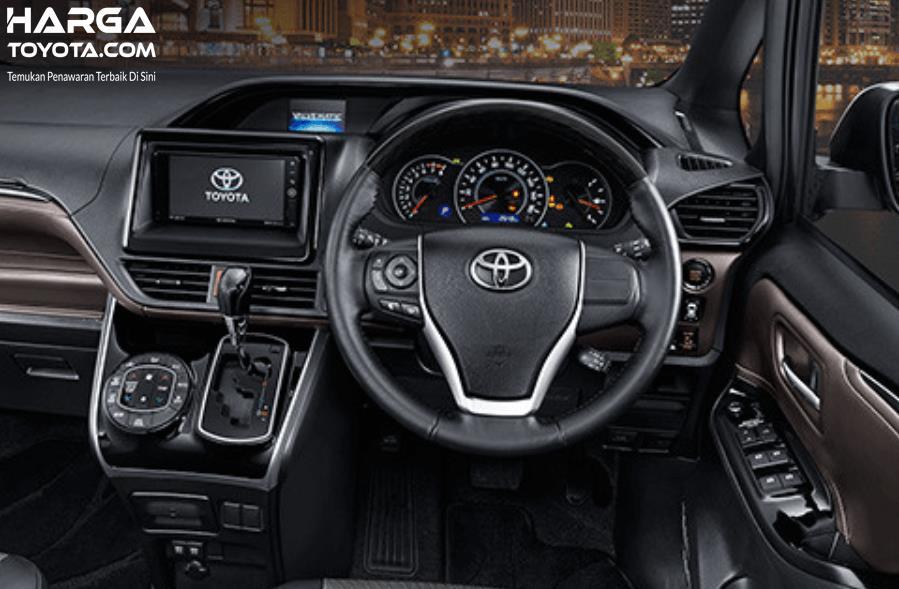 Gambar ini menunjukkan interior Toyota Voxy ta,pak dashboard dan kemudi