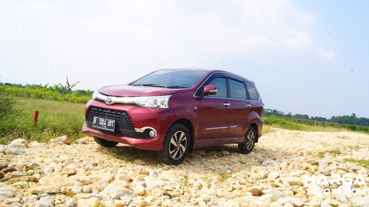 Gambar menunjukkan Toyota Avanza Veloz 1.5 AT 2015 berwarna merah