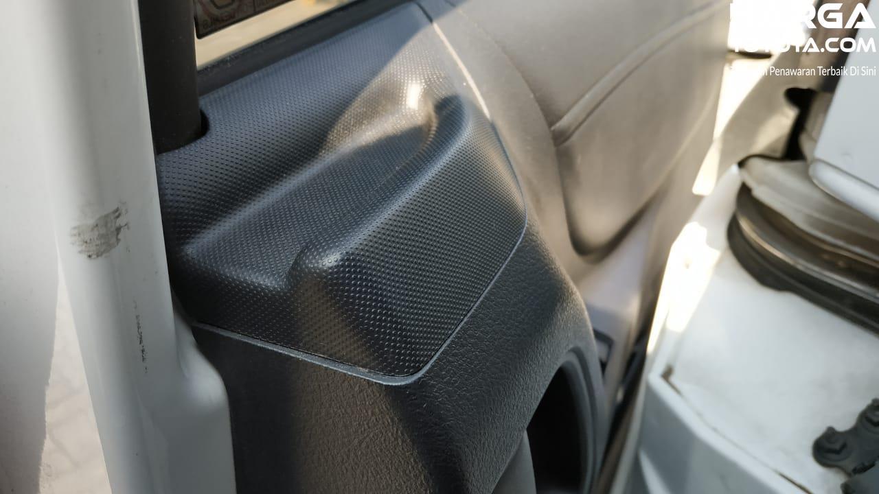Gambar menunjukkan Gagang pintu untuk naik turun di Toyota Sienta