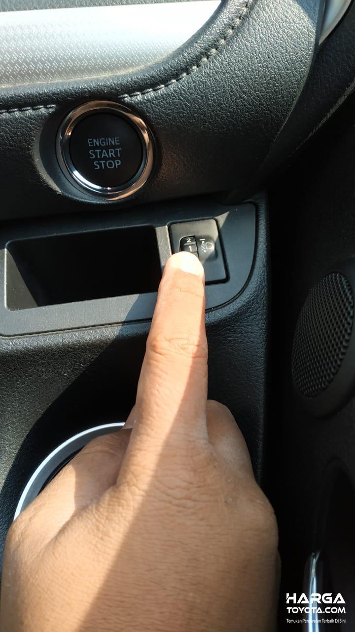 Gambar menunjukkan Fitur pengatur ketinggian headlamp Toyota Sienta