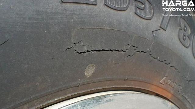 Foto salah satu bagian ban mobil terlihat sudah retak