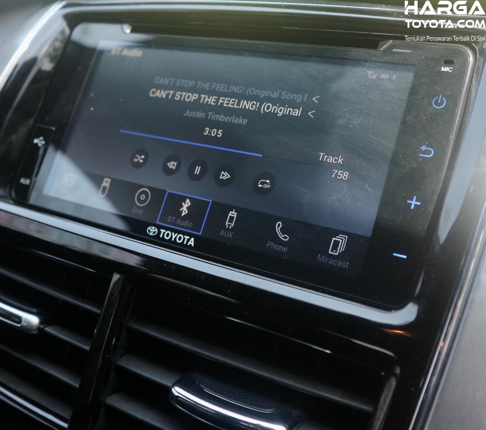 Kondisi Layar Touchscreen Toyota Yaris yang masih terdapat sidik jari