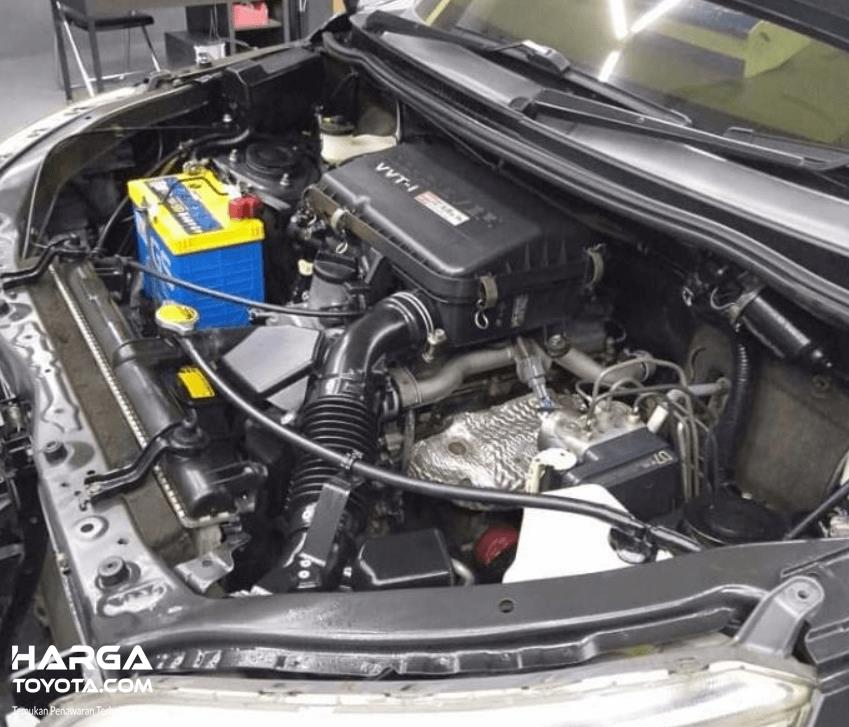 Gambar ini menunjukkan mesin mobil Toyota Rush