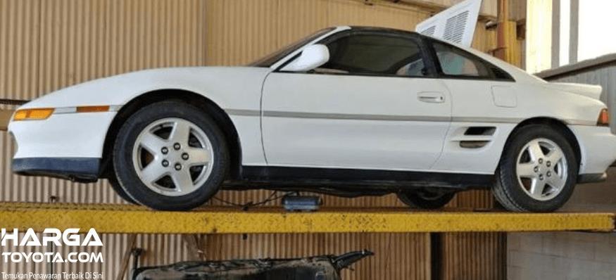 Gambar ini menunjukkan mobil sedan sport Toyota keluaran lama