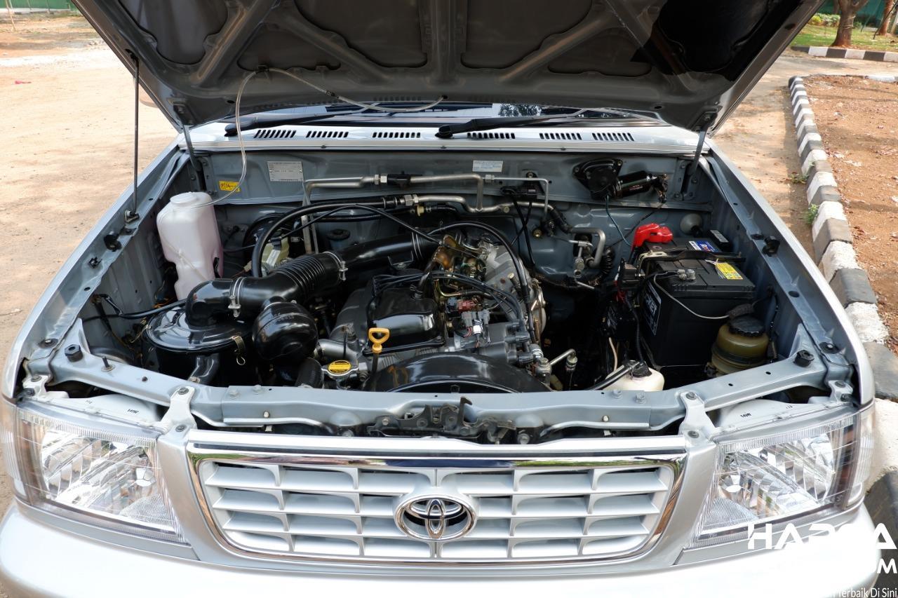 Gambar menunjukkan ruang mesin Toyota Kijang