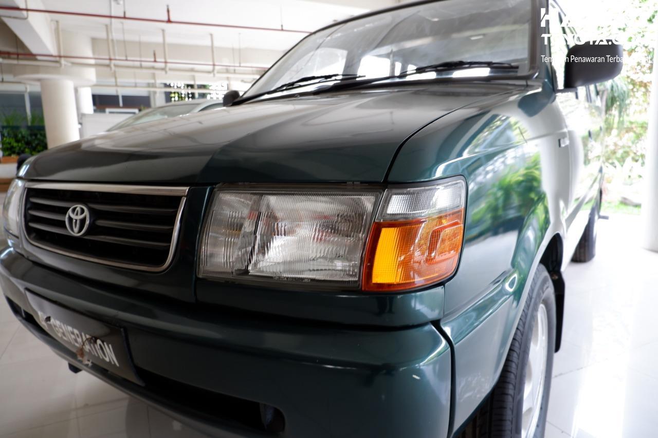 Gambar menunjukkan Headlamp Toyota Kijang LGX