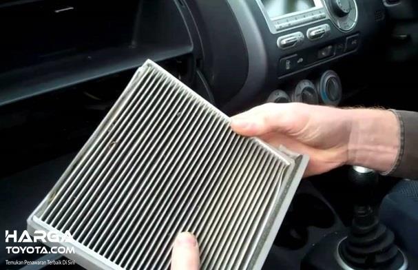 Membersihkan Filter AC Mobil adalah penting dilakukan supaya selalu bersih sehingga performa AC mobil selalu terjaga