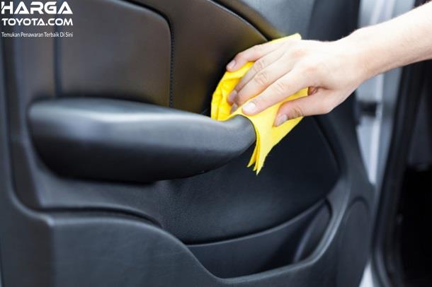Membersihkan interior mobil adalah hal penting supaya kotoran tidak tersumbat ke dalam filter AC mobil