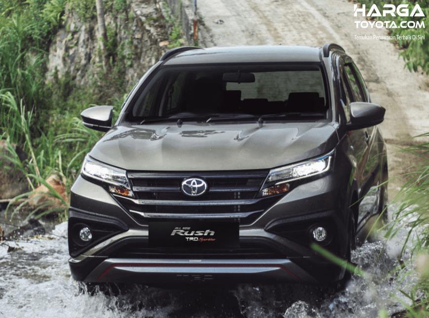 Gambar ini menunjukkan mobil Toyota Rush 2019 melewati air
