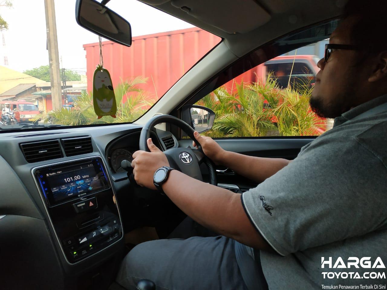 Gambar menunjukkan tim tester Hargatoyota mengemudikan Toyota Avanza Veloz