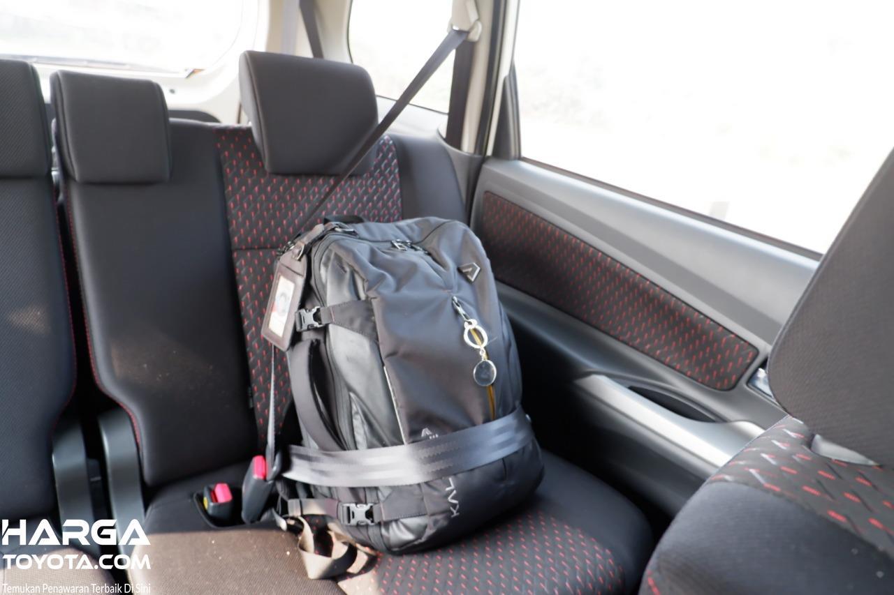 Gambar menunjukkan cara meletakkan tas laptop di mobil
