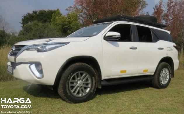 Gambar ini menunjukkan mobil Toyota Rush putih tampak samping