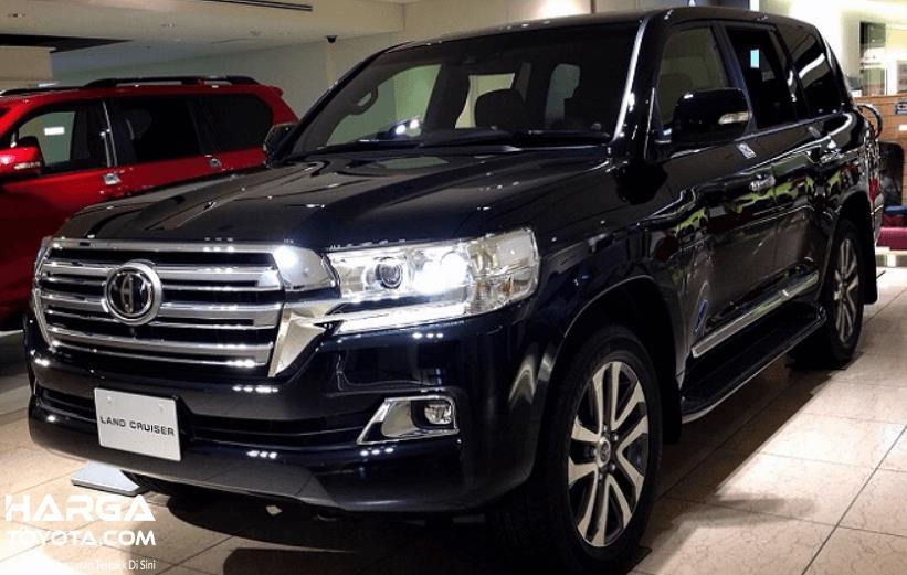 Gambar ini menunjukkan mobil Toyota Land Cruiser warna hitam tampak depan