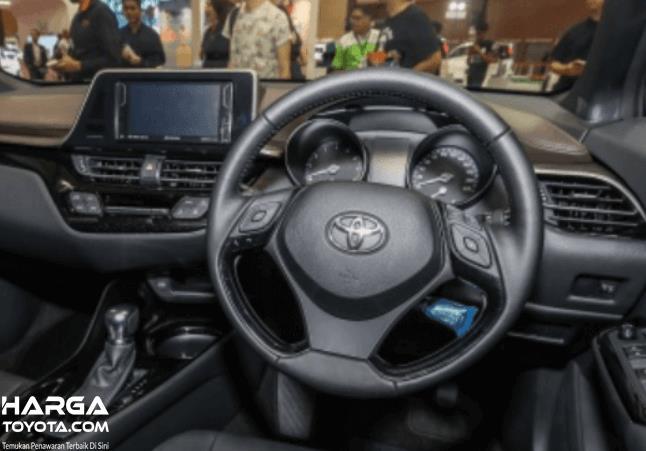 Gambar ini menunjukkan kemudi mobil Toyota dan head unit