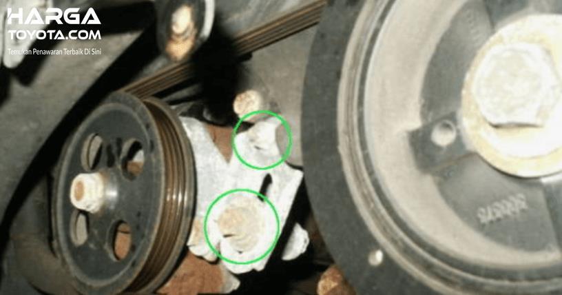 Gambar ini menunjukkan sabuk power steering pada Toyota Camry