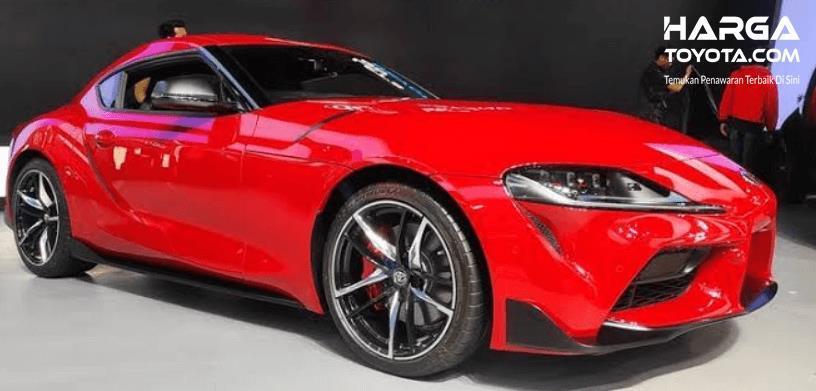 Gambar ini menunjukkan mobil Toyota GR Supra warna merah
