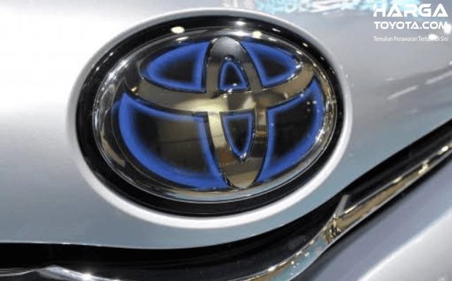 Gambar ini menunjukkan logo mobil Toyota aksen krom