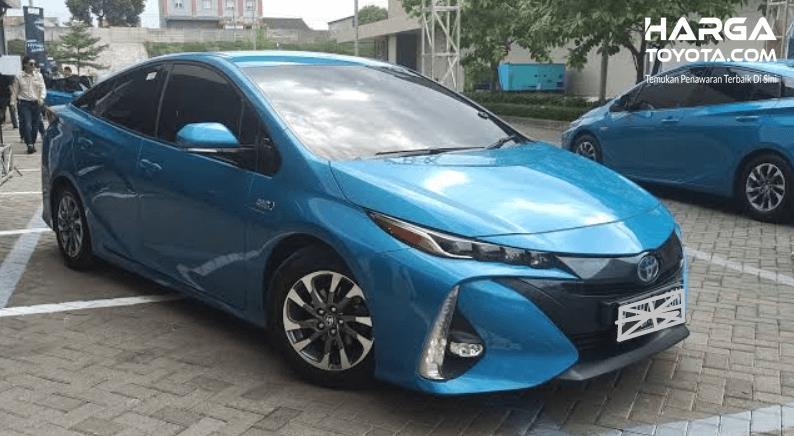 Gambar ini menunjukkan Toyota Prius PHEV tampak depan