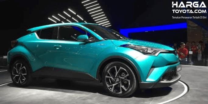 Gambar ini menunjukkan mobil Toyota C-HR Hybrid warna biru tampak samping