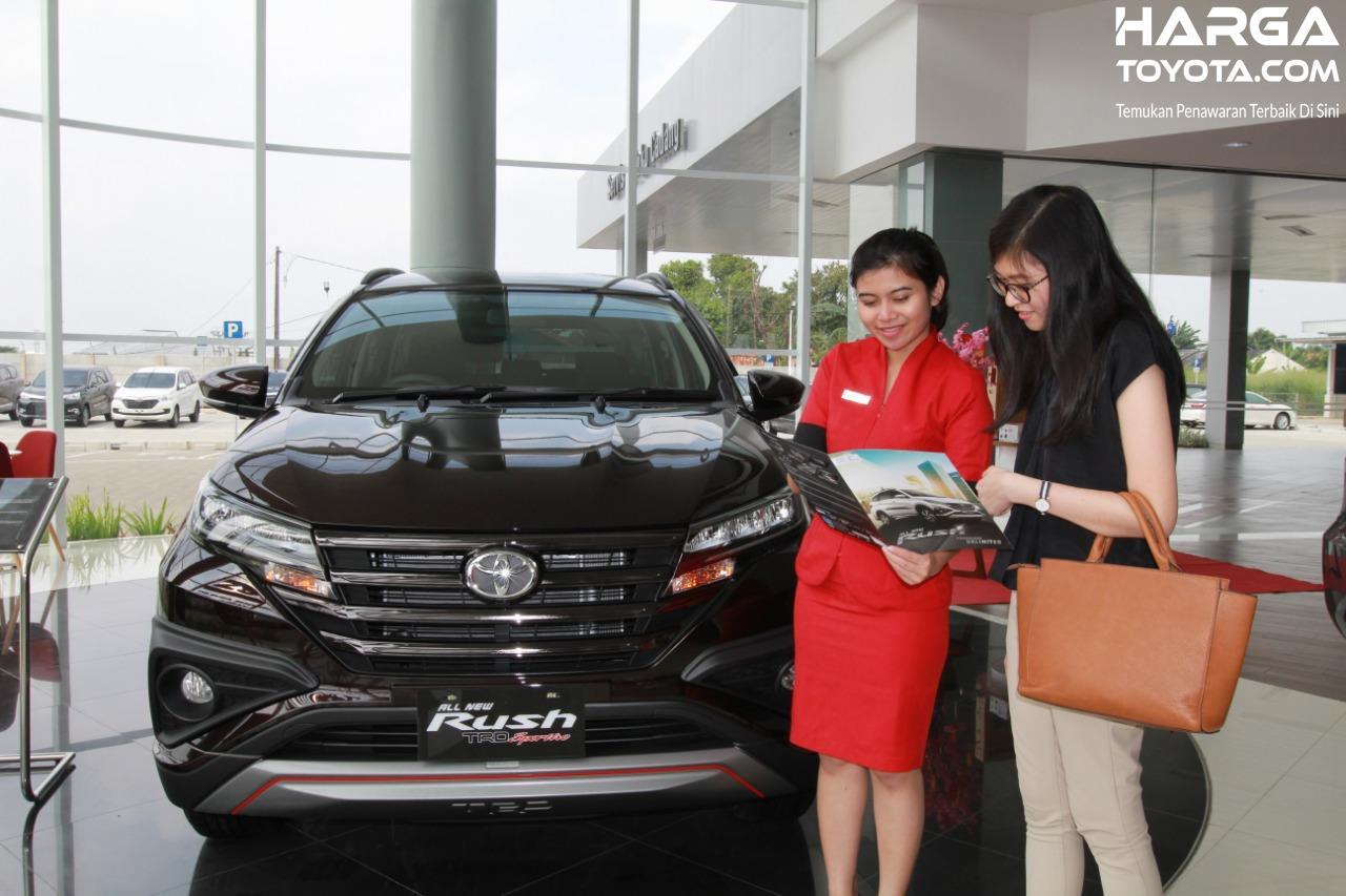 Foto menunjukkan seorang customer sedang dilayani sales diler Toyota